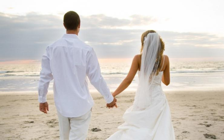 newly-married-couple-on-the-beach-1680x1050-wide-wallpapers.net_.jpg